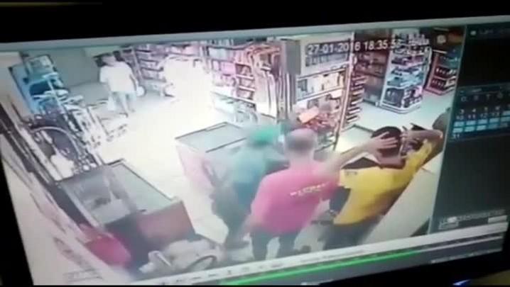 Câmeras de segurança registram assalto a mercado em Santa Maria