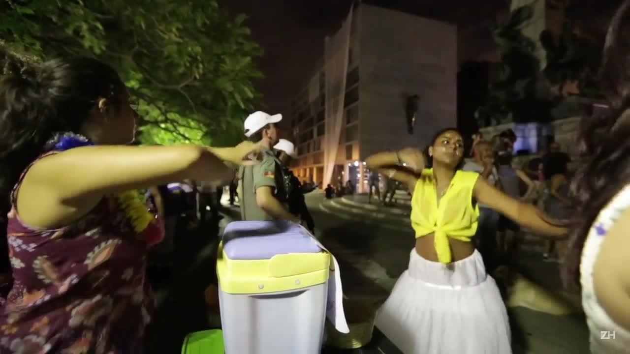 Bloco da Matriz reúne foliões no Centro de Porto Alegre