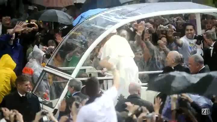 Papa é ovacionado na chegada à Catedral Metropolitana do Rio de Janeiro