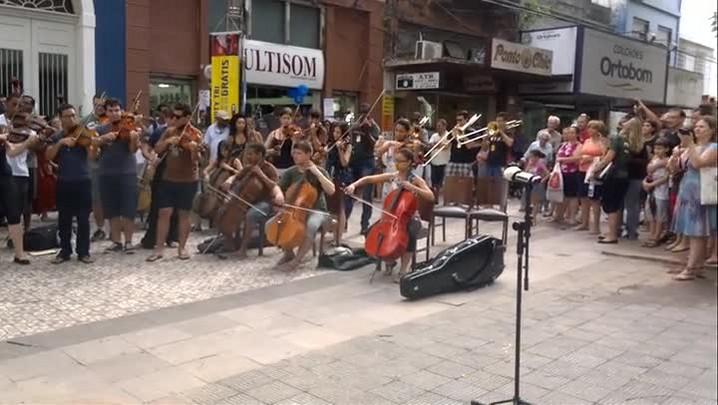 Cerca de 200 músicos tocam de surpresa no meio da rua em Pelotas