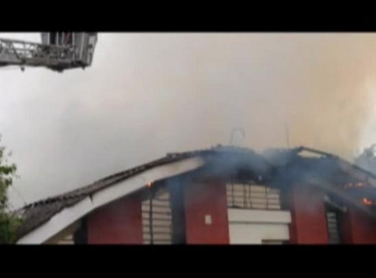 Bombeiros combatem incêndio em depósito da UFSM