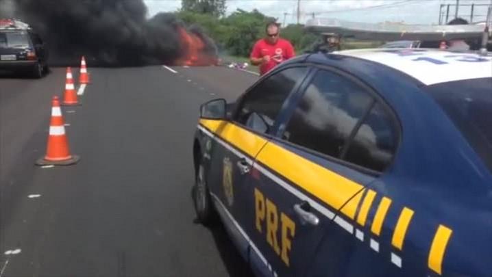 Carro pega fogo na Freeway e causa lentidão no trânsito
