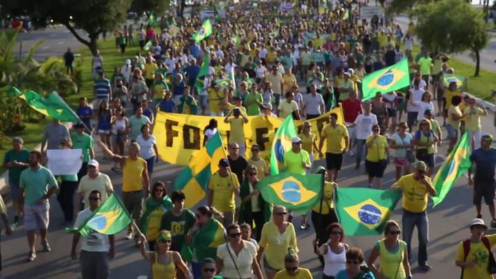 Protesto contra o governo reúne milhares de pessoas em Florianópolis