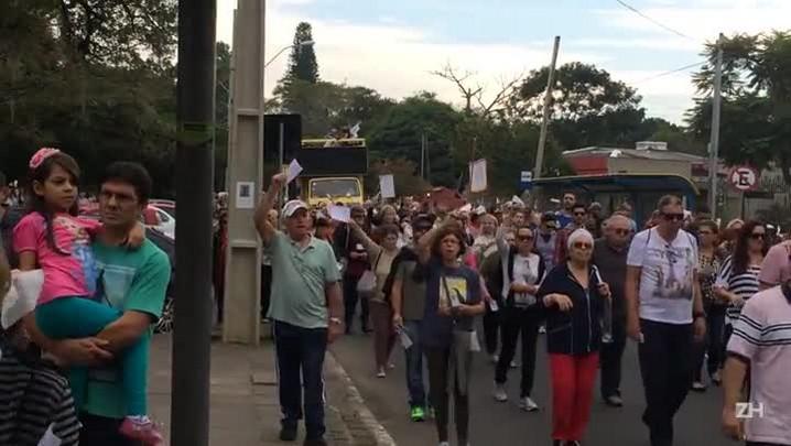 Procissão de Santa Rita de Cássia reuniu milhares de pessoas em Porto Alegre