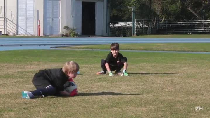Crianças aproveitam chance treinar em escola do Barcelona
