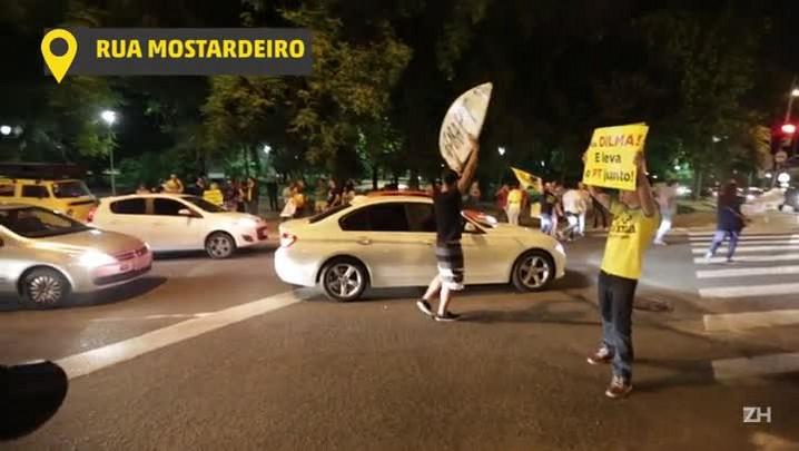 Manifestantes comemoram no Parcão abertura de processo de impeachment de Dilma