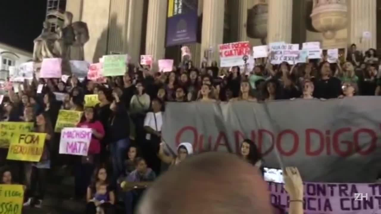 Mulheres protestam contra estupro coletivo de adolescente no Rio