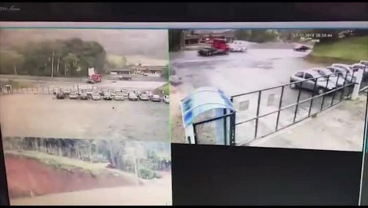 Veja o momento exato em que caminhão bate no carro-forte