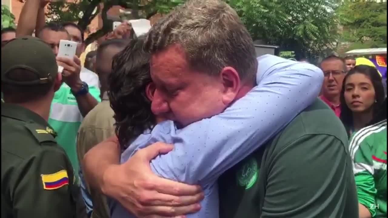 Prefeito de Chapecó, Luciano Buligon, recebe um abraço e homenagens na saída do cortejo