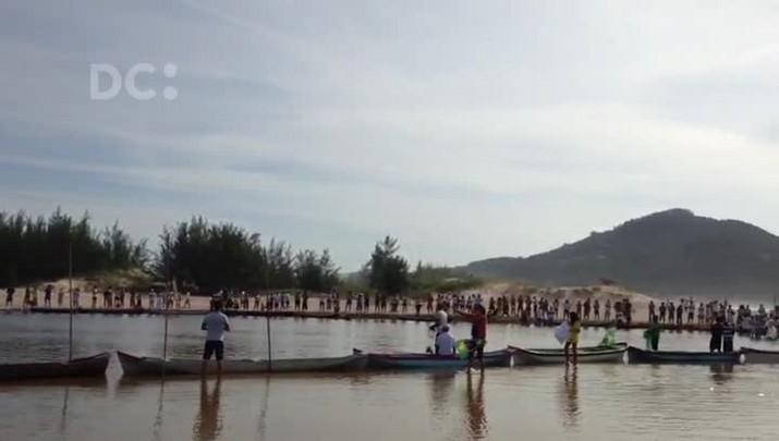 Moradores de Garopaba fazem manifestação contra esgoto na Lagoa da Encantada