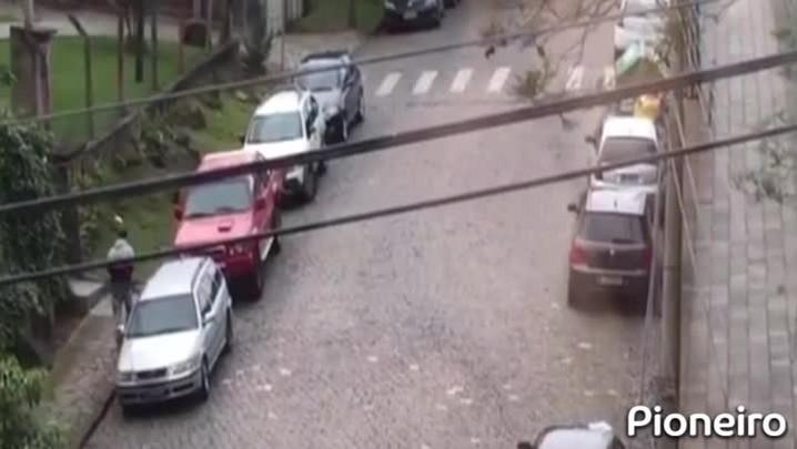 Flagrante de furto de caminhonete em Caxias do Sul.