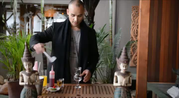 Sommelier Black, do Taj Bar, ensina a fazer o drink Sex On The Beach para o blog Colher de Mel