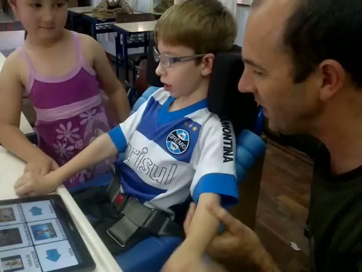 Murilo consegue se comunicar com ajuda de um tablet