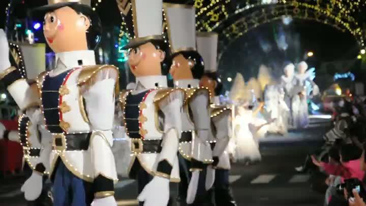 Natal Luz: Bonecos desfilam em Gramado