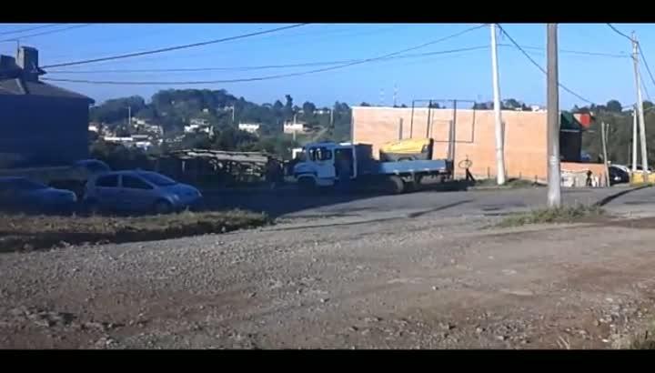 Pioneiro flagra funcionários da prefeitura vendendo vinho utilizando caminhão da Secretaria de Obras