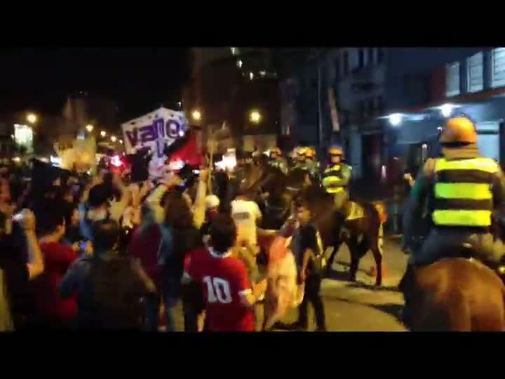 Clima fica tenso entre Brigada Militar e manifestantes durante novo protesto contra passagens de ônibus em Porto Alegre. 23/04/2013