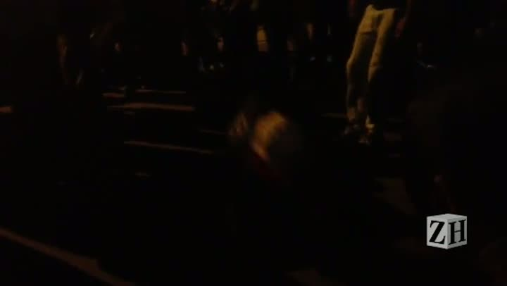 Ao som de tambores, manifestantes dançam durante a marcha em Porto Alegre