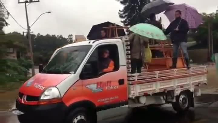 Mais de cem famílias estão fora de suas casas devido a chuva em Esteio. 26/08/2013
