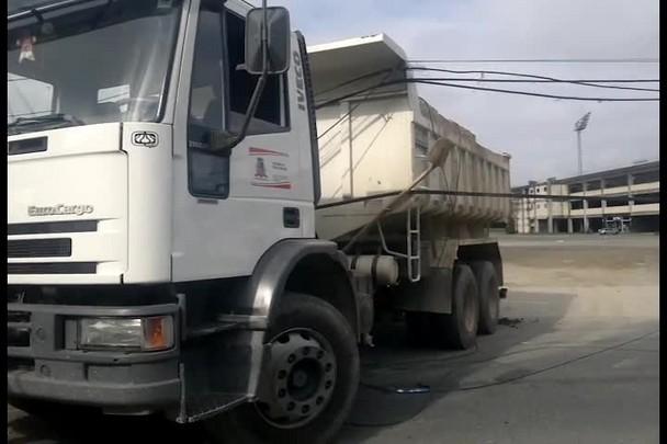 Caminhão derruba dois postes, provoca curto circuito e causa engavetamento na região central de Joinville