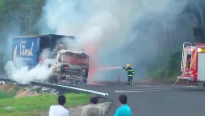 Caminhão pega fogo após acidente no km 232 da BR-101, no Morro dos Cavalos