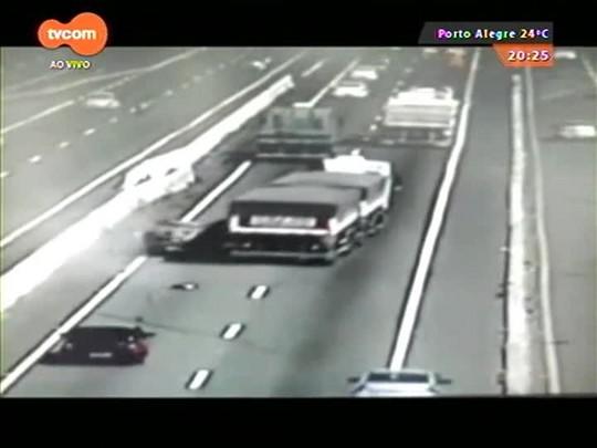 TVCOM 20 Horas - Veículo capota após ser arrastado por caminhão na BR-116 - 10/04/2015
