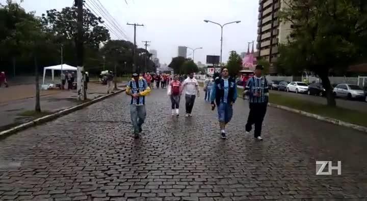Torcedores percorrem o Caminho do Gol em direção ao Beira Rio