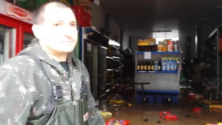 Enchente atinge mercado em Esteio e dono fica chocado com a situação