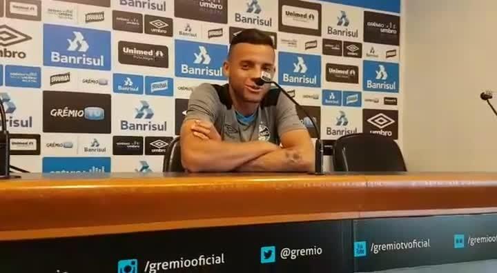 Guilherme conta como Portaluppi orienta finalizações em treinos do Grêmio