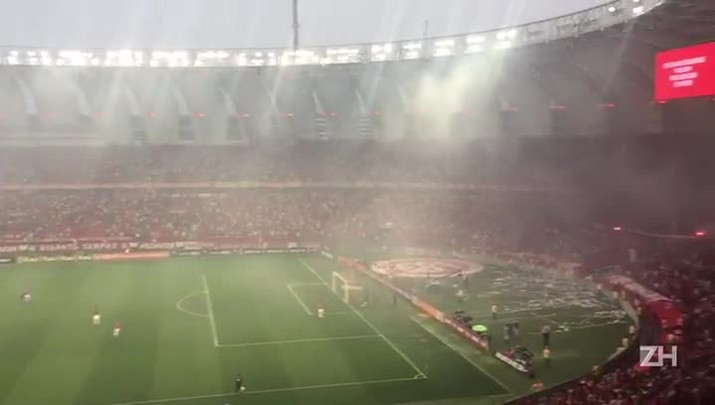 VÍDEO: torcedores jogam sinalizadores no gramado do Beira-Rio