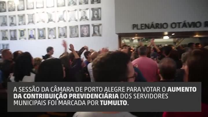 Manifestantes invadem plenário da Câmara de Vereadores