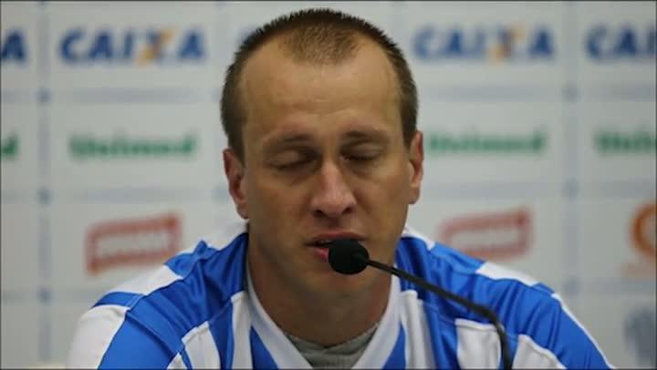 Jogador Marquinhos chora em coletiva após 200 jogos pelo Avaí