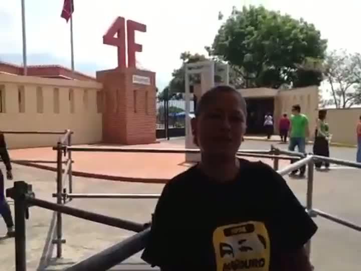 Mulher se emociona ao visitar museu chavista em Caracas