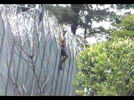 TVCOM 20 Horas - Confira flagrantes de presos fugindo tranquilamente da cadeia - Bloco 1 - 28/11/2013