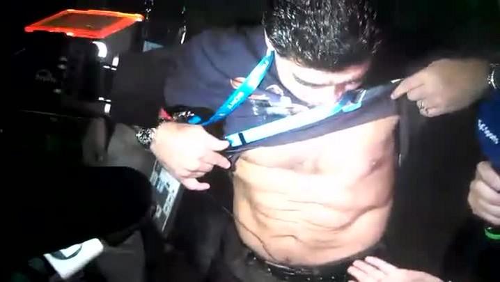 Questionado sobre forma física, Maradona exibe tanquinho para jornalistas