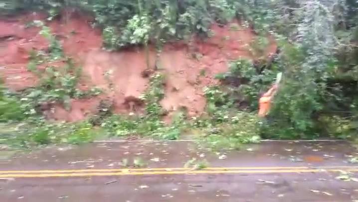 Trabalhadores retiram o barro e árvores que caíram na Br-282 em Nova ITaperaba, no Oeste