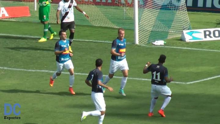 De pênalti, Marquinhos abre o placar na Ressacada contra o Vasco.