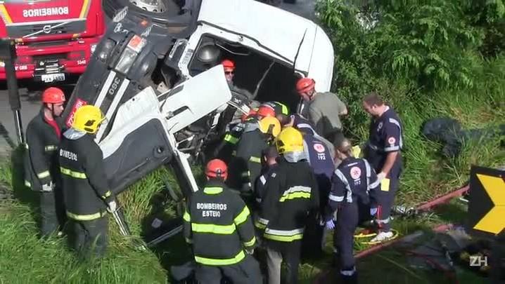 Duas horas depois, motorista é retirado de ferragens em Sapucaia