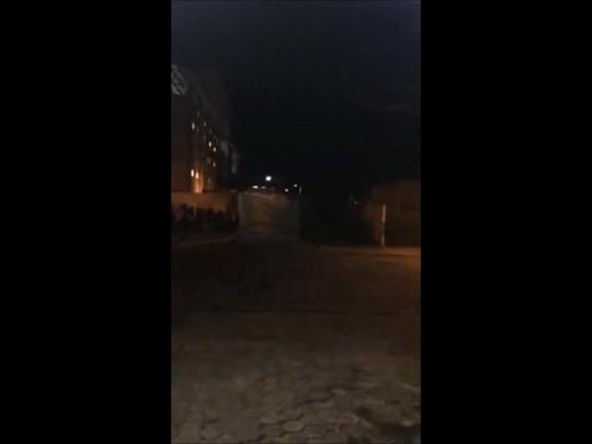 Torcedores jogam pedras durante confronto com a polícia