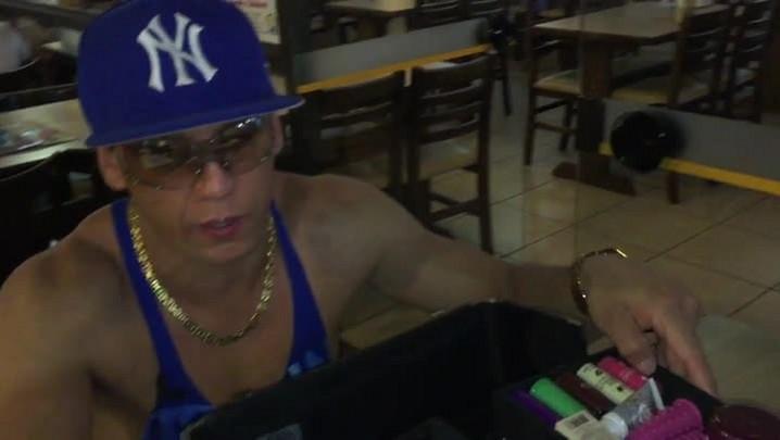 Conheça Pablo Ferrari, vendedor ambulante de sex shop