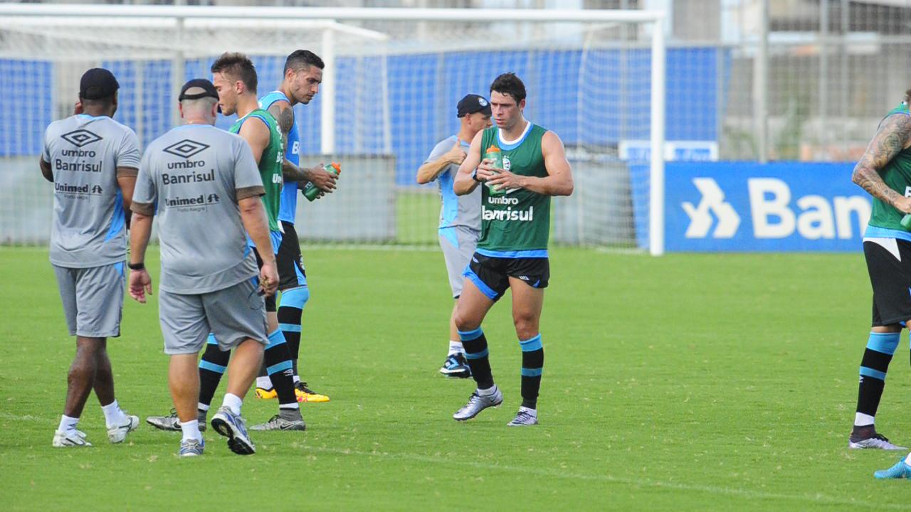 Giuliano volta a trabalhar com bola em treino gremista