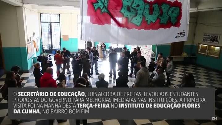 Secretário de Educação vista escolas ocupadas na Capital