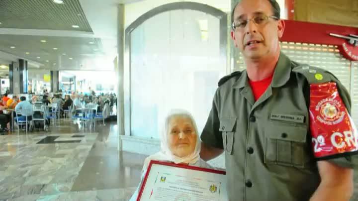 Corpo de Bombeiros homenageia idosa que vive em aeroportos