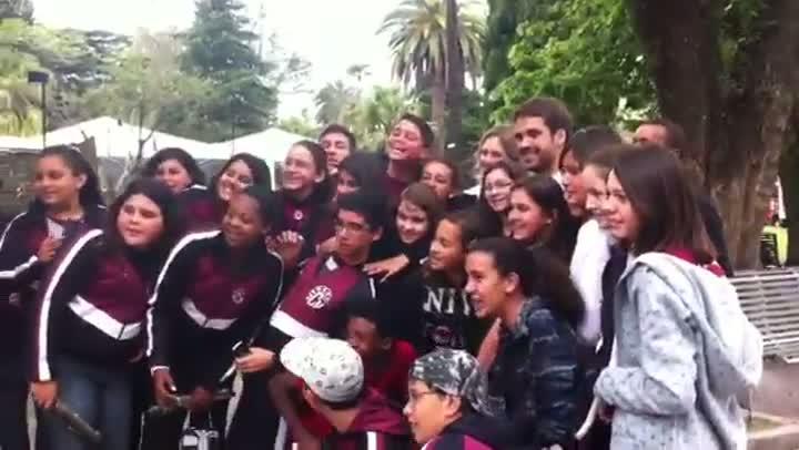 Tratado como celebridade, Eduardo Leite recebe carinho de eleitores e fãs no centro de Pelotas