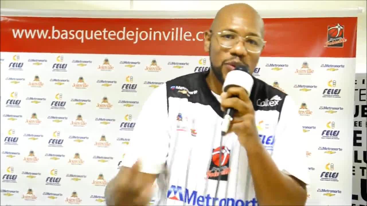 Pivô do basquete de Joinville Marcio Cipriano manda bem no rap durante apresentação