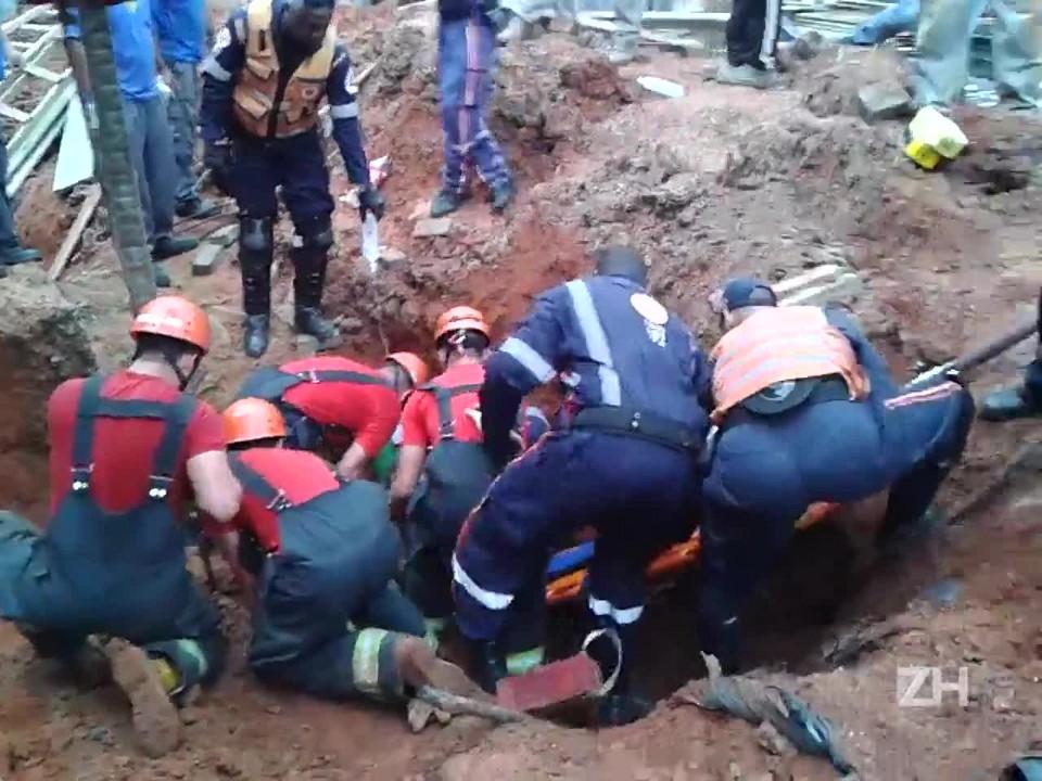Bombeiros socorrem homem soterrado após desabamento