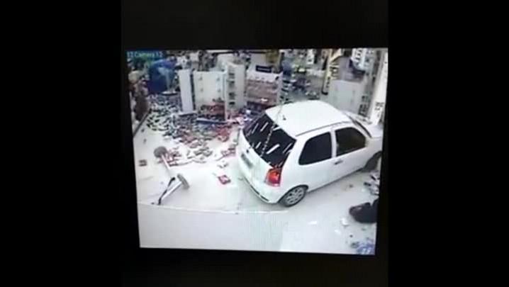 Carro invade farmácia no bairro Estreito em Florianópolis