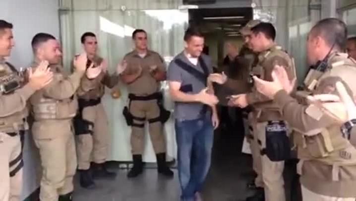 Policial é aplaudido por colegas ao deixar hospital em São José