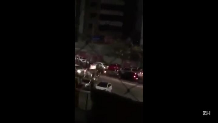 Torcida do Fortaleza solta foguetes em volta do hotel do Brasil-Pel