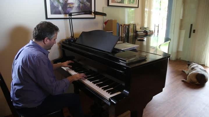 "Alberto Heller interpreta a música \""Sem Nome\"""