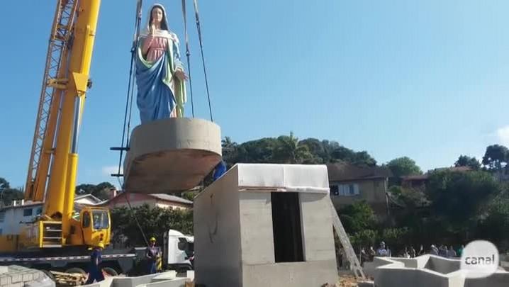 Veja o momento em que a imagem de Nossa Senhora de Caravaggio é colocada sobre a base de concreto na rótula da RSC-453, em Farroupilha